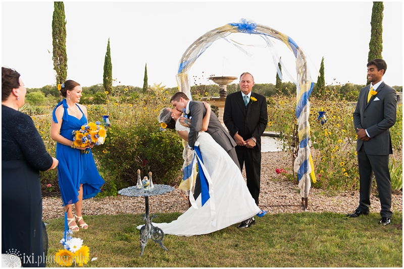 le-san-michele-photos-sunflower-yellow-blue-wedding-tx_0028